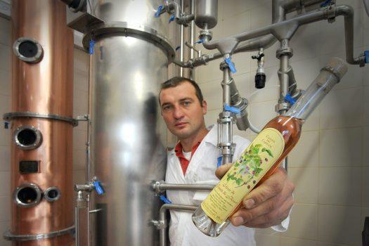 Distillerie di montagna: a Cabia, in Carnia, pace, grappa e amari confortano l'animo
